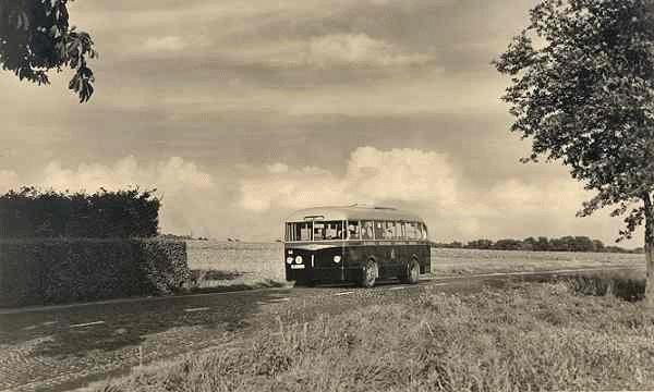 1962 Ford Transit nr. 58 met carrosserie van Verheul-Aviolanda met de moter achterin. Deze bus had 28 zitplaatsen. Uit d_