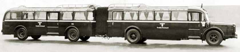 Gaubschat-Omnibuszug mit DRP-Faltenbalgverbindung der Deutschen Reichspost noch mit Hakenkreuz