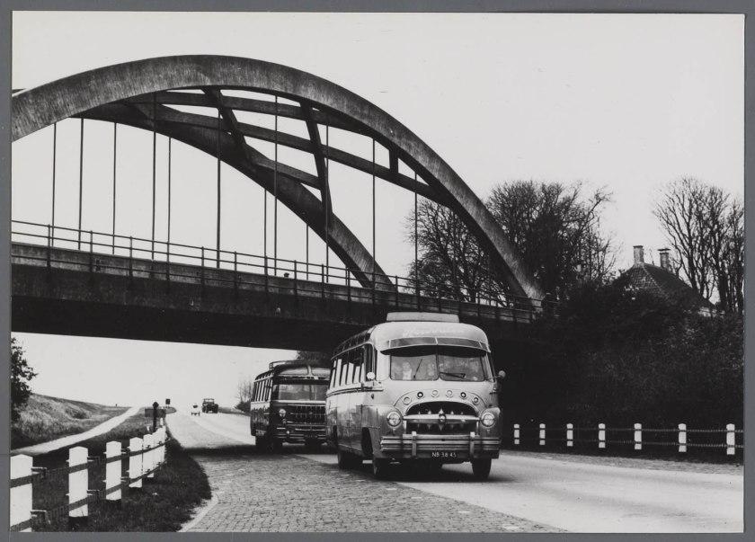 1951 DAF van Rooijen touringcar bij Hardinxveld-Giessendam