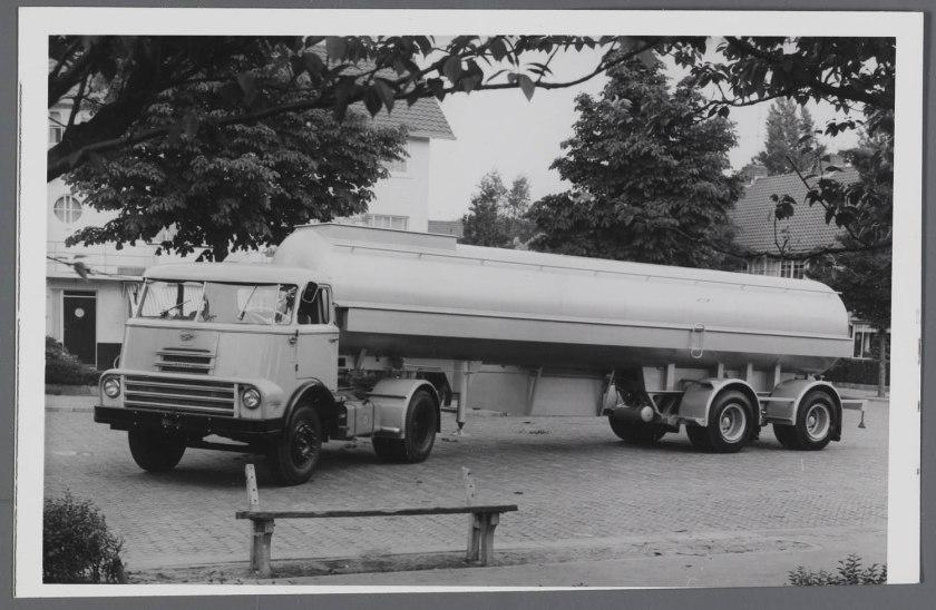 1957 DAF 2000 DO trekker met DAF tankoplegger