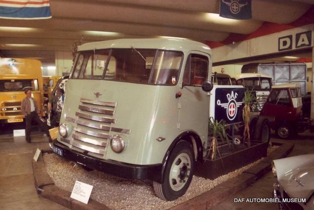 1957 DAF personenwagen  (oortje)(L)  als blikvanger bij de ingang.
