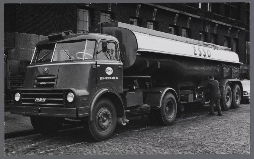 1958 DAF 2000 DO trekker met Esso tankoplegger