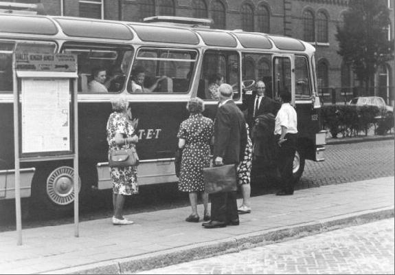 1961 Daf 122 met carrosserie van Lansen, met het kenteken UB-30-32. Voorheen bus 22 van de WATO te Nijverdal. Opname station Enschede NS