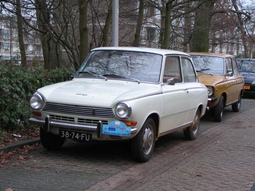 1968 DAF 55 uit met daarachter een DAF 66 uit 1974