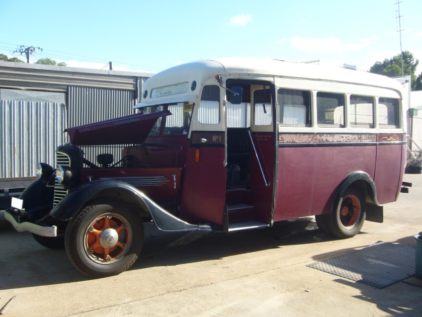1935 Diamond-T bus