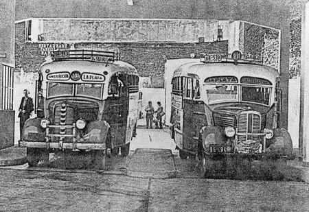 1935 dos microómnibus Fargo 1935 esperan turno de salida agosti