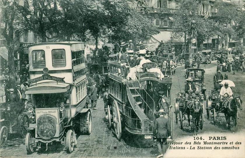 CM_104_-_PARIS_-_Carrefour_des_Bds_Montmartre_et_des_Italiens_-_La_station_des_omnibus