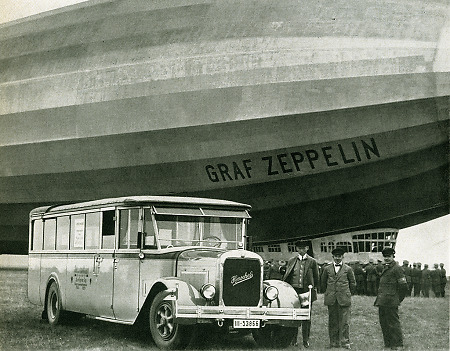 Henschel-Bus unter einem Zeppelin, 1926