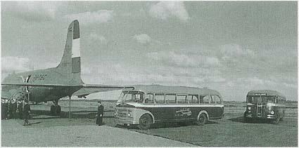 1948 Guy-bus 23 erachter Crossley- Scheldebus 20 (NS 1065) op 12 september 1948 vliegveld Beek en EBAD