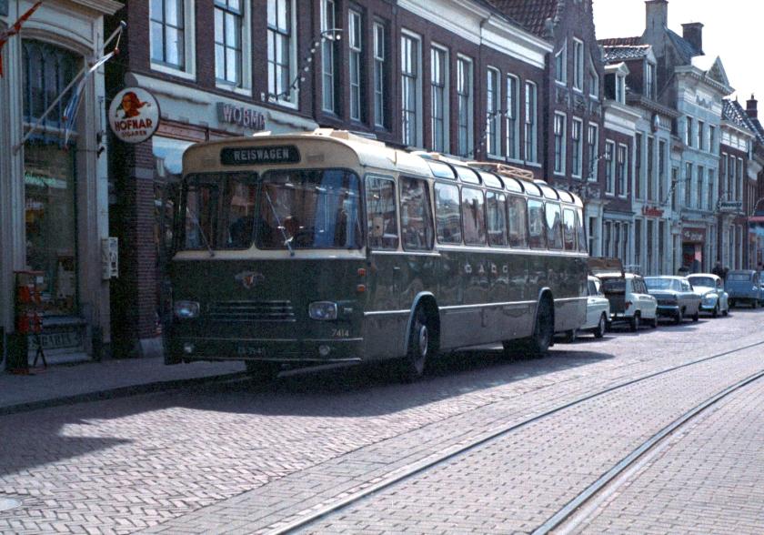 1958 Groninger Autobusdienst Onderneming (GADO) bus 7414 van het type Hainje - Leyland-Werkspoor LE-WS te Bolsward