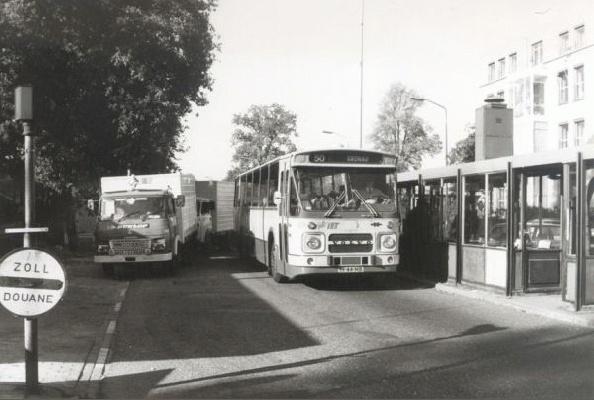 1980 Volvo met carrosserie van Hainje passeert als lijn 50 de grenspost Glanerbrug-Gronau