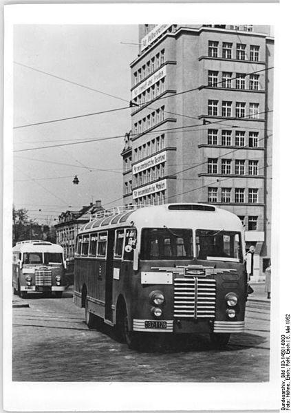 03 423px-Bundesarchiv_Bild_183-14581-0003,_Dresden,_Omnibus_-Ikarus_30-