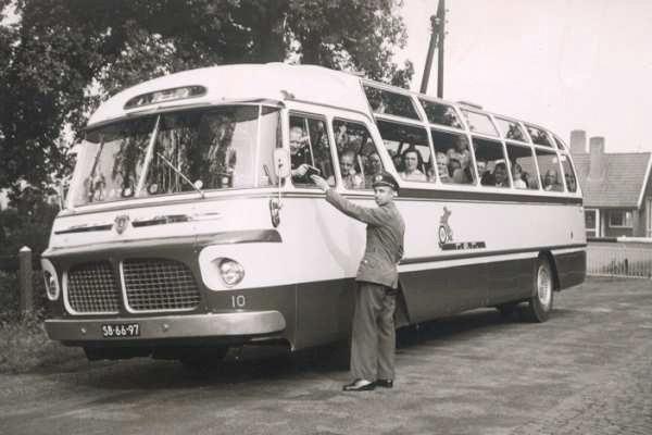 1957 Toerwagen 10 Scania-Vabis met carrosserie van Hondebrink passeert de grens Knalhutte met Chf. J. Boxelaar. Opname 1960