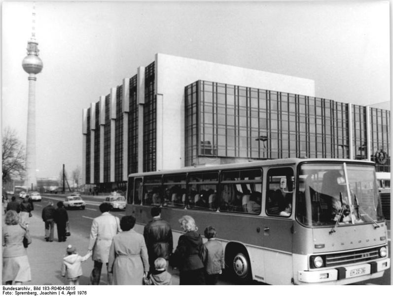 3 797px-Bundesarchiv_Bild_183-R0404-0015,_Berlin,_Palast_der_Republik