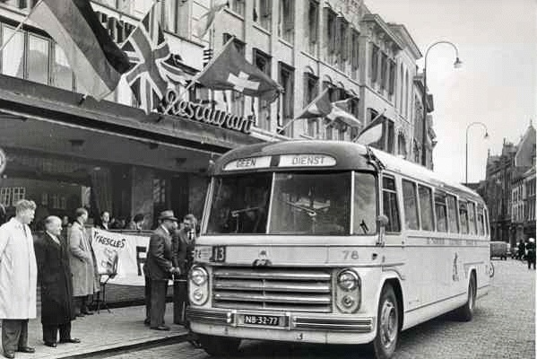 Guy-Arab 76 met carrosserie van Hondebrink. Opname 1955 tijdens toerwagenralllye.