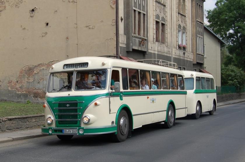 IFA H6B-L s vlekem projíždí Dělnickou