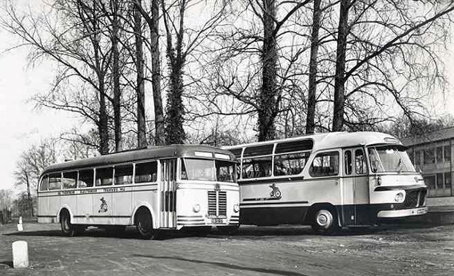 Toerwagen 8 Scania-Vabis carrosserie Hondebrink en links als contrast een oudere Kromhout met carrosserie van Verheul met bouwjaar 1936.