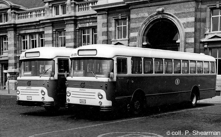 1967 staan aan het station van Doornik twee Jonckheere-Volvo van de exploitant Chaval klaar voor een volgende rit.