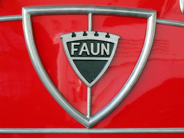 FAUN Logo op Rood