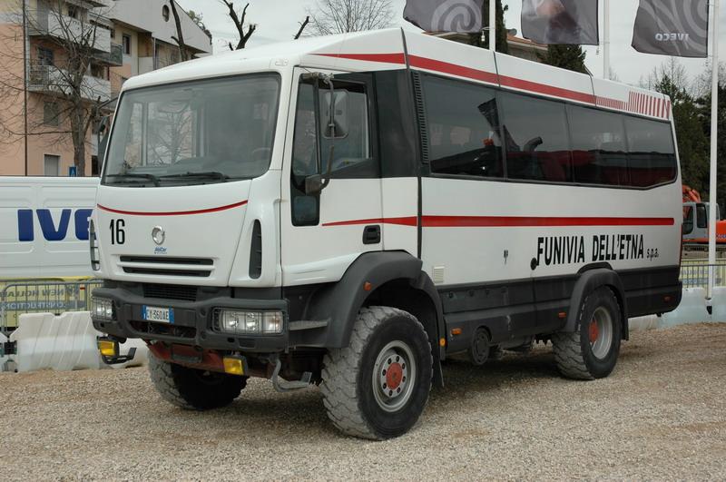Irisbus (of AbiCar) busopbouw (logo op de grill is Irisbus). Wordt gebruikt voor toeristenritten op de Etna
