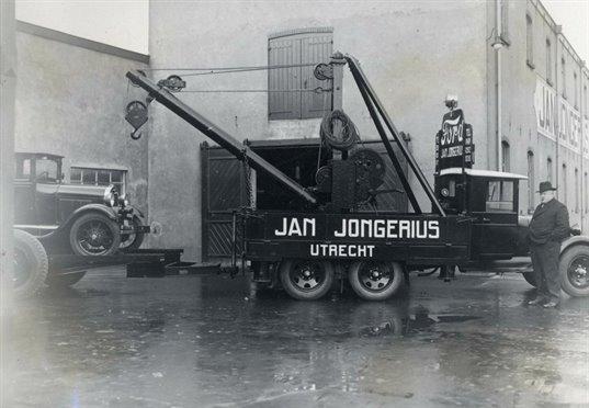 Jan Jongerius naast een takelwagen voor de grote werk-en