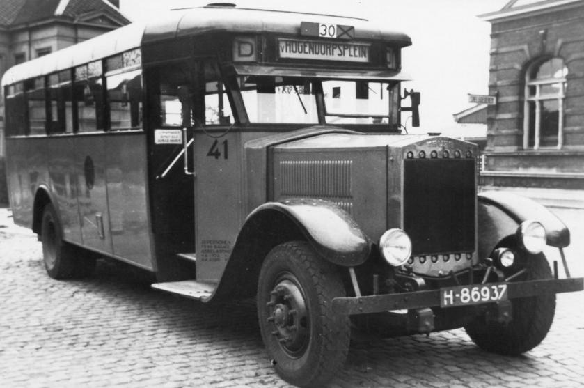 1936 Krupp-Allan bus 41 bij het station van Delft. Lijn D, 8-1936