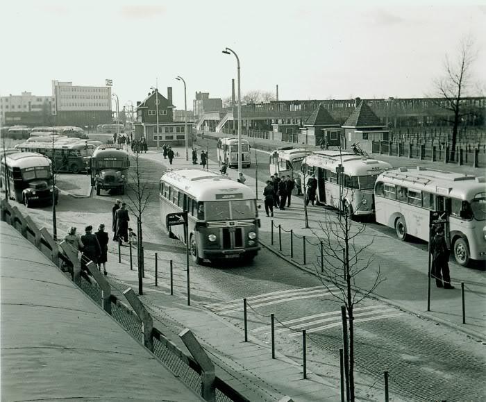 1946 Scania Vabis R en midv bussen van eind'40 L of 1947 US Ford Amerikaanse R daarvan een White