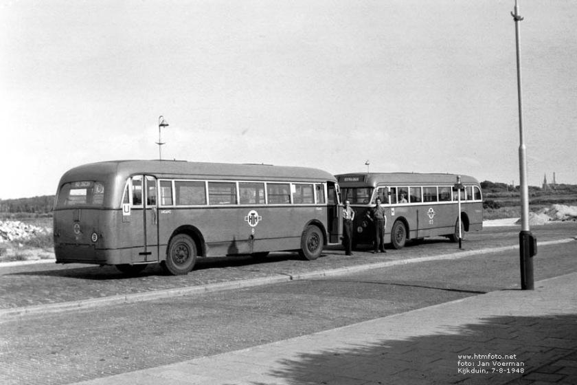 1948 Kromhout 8 (lijn U) en 123 (lijn M) op de Kijkduinsestraat