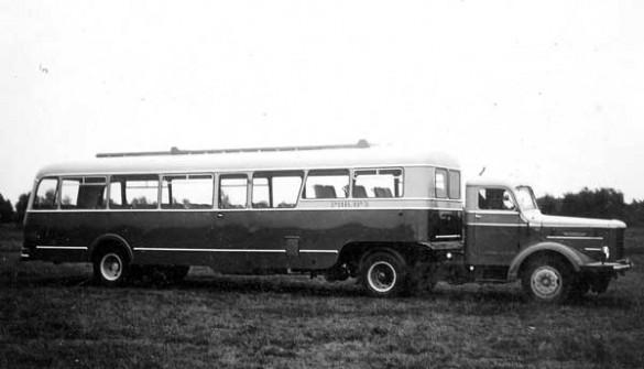 1952 De Kusters opleggerbus van Phillips, getrokken door een Kromhout