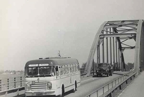1956 Scania-Vabus nr. 57 met carrosserie van Den Oudsten. als tourwagen onderweg