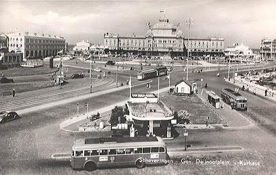 1961 HTM Twee Kromhout-Verheul TB-6C's op buslijn L in 1961 op het Gevers Deynootplein bij de Badhuisweg te Scheveningen.