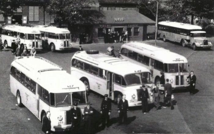 Bussen Scania-Vabis B15V Fokker-Verheul B-30462 Bouwjaar 1949 en Rechts (midden) NOF 2349 B-27588 Scania-Vabis B15V Brouwers Holwerd Bouwjaar 1948 B-29588