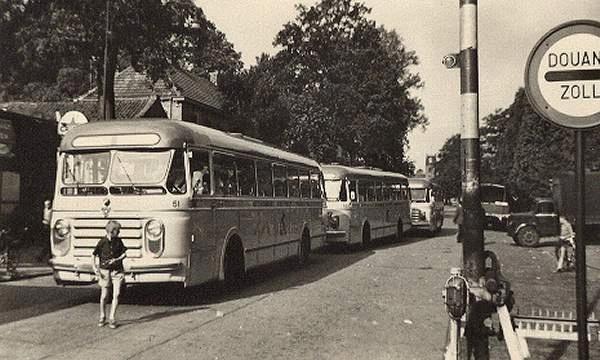 Scania-vabis 51 met carrosserie van Den Oudsten. Opname, Grensovergang Glanerbrug. Jaartal onbekend