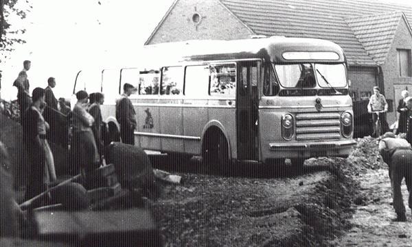 Scania-Vabis 52 met carrosserie van Den Oudsten. Opname te Altenberge (Dld), bij een wegopbreking in 1962