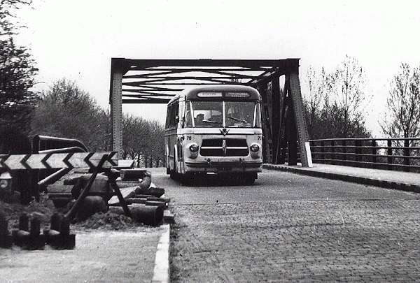 Scania-Vabis 70 met carrosserie van Verheul. Opname op de Oelerbrug bij Hengelo in 1963