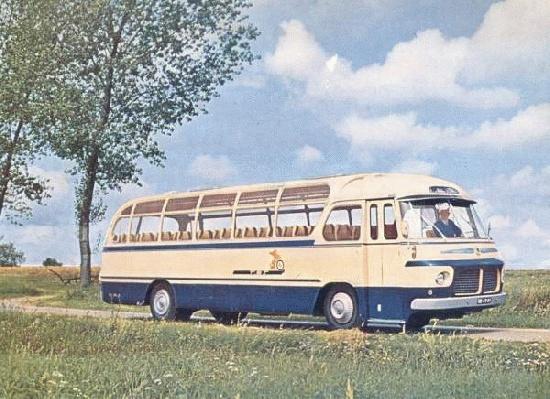 Toerwagen 8. Scania-Vabis met carrosserie van Hondebrink. Ingekleurde zwart-wit foto die gebruikt werd voor de reisfolder