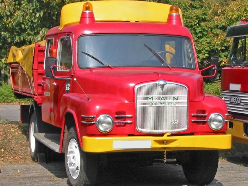 13 Ponton-Kurzhauber (der ersten Generation 1956–1969; hier ein leichtes Fahrzeug, die schwereren hatten eine höhere Kühlermaske)