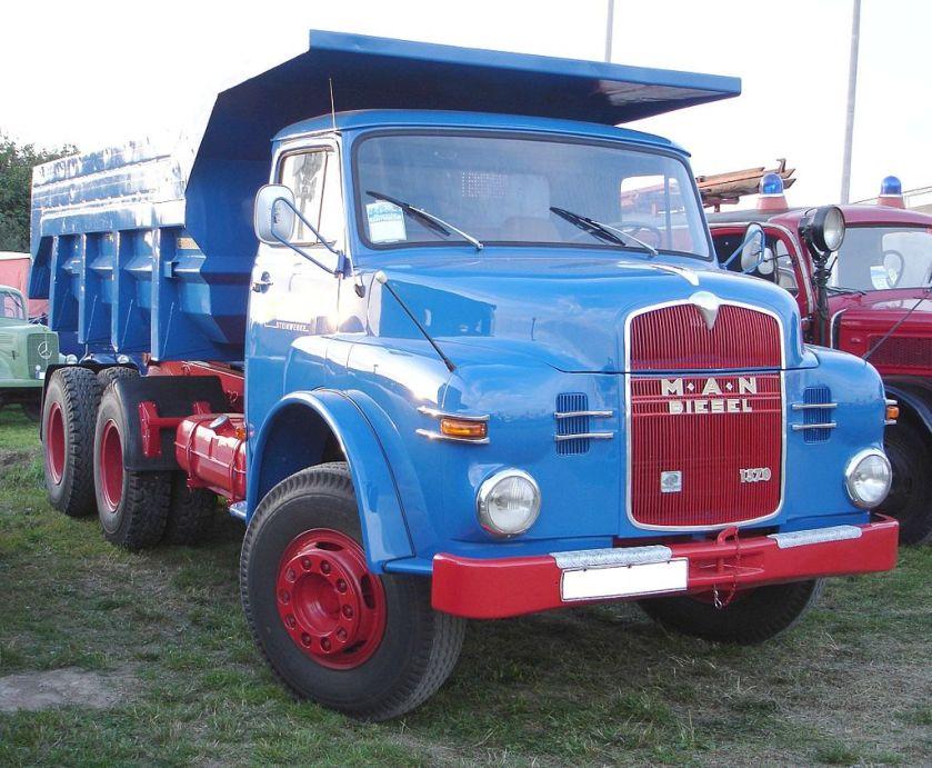 14 Ponton-Kurzhauber (der ersten Generation 1956–1969; schwereres Fahrzeug mit höherer Kühlermaske)