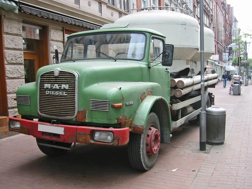 15 Ponton-Kurzhauber (der zweiten Generation 1969–1994; mit einem Aufsatz zum Transport von Getreide