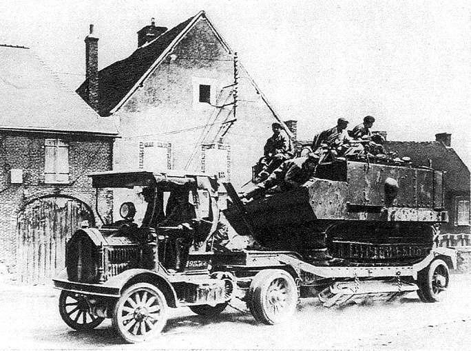 1914 tank op tanktransporter Mannesman Mulag