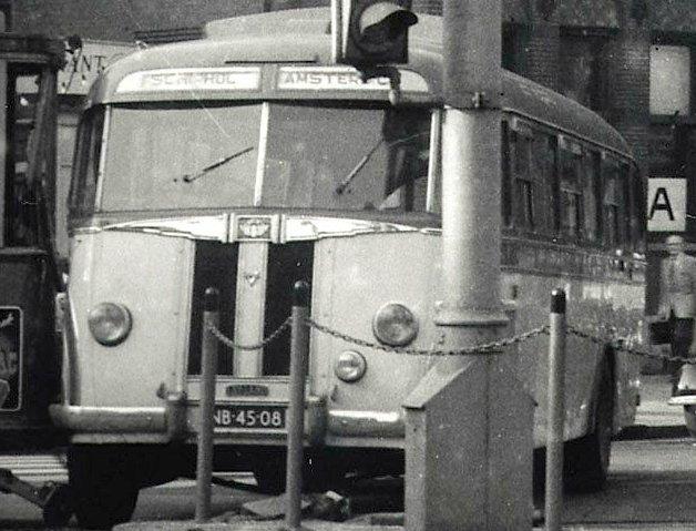 1948 Leyland autobus van Maarse & Kroon NB-45-08 in onzachte aanraking met de tram van lijn 3 (motorwagen 438)