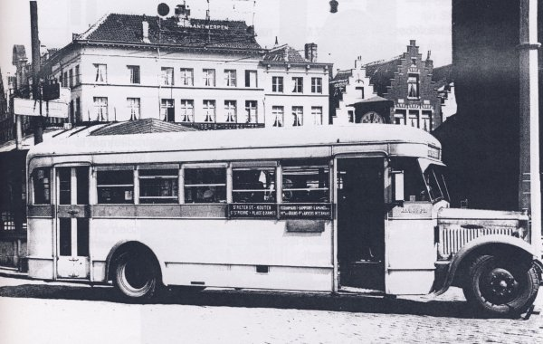 Deze Minerva bus uit de reeks 111-113 zorgde voor de dienst tussen St Pietersstation en de Dampoort