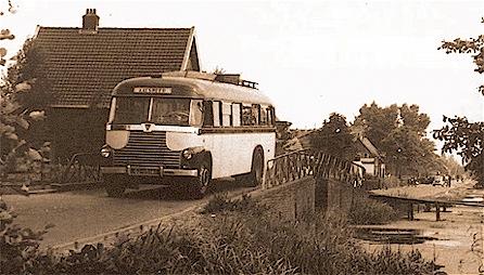 Een bus van Maarse & Kroon op een karakteristiek weggetje in de buurt van Schiphol