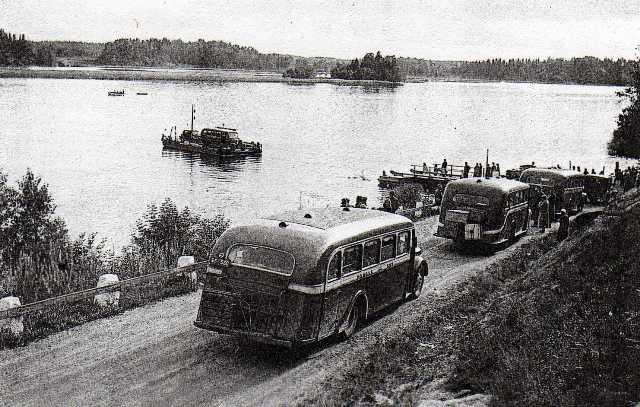 Matka Autot Oy, Landskapsarkivet Åbo. Bussen väntar sist i kön vid Rävsundet på Kustö sidan ... T-550 web