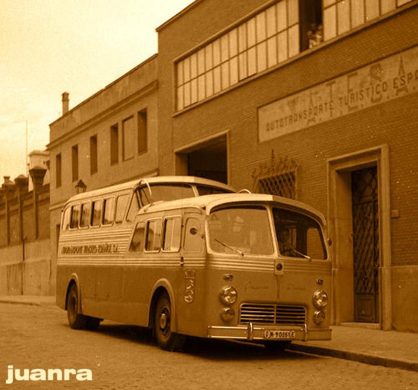 1951 Pegaso Monocasco de Atesa en la puerta de la empresa