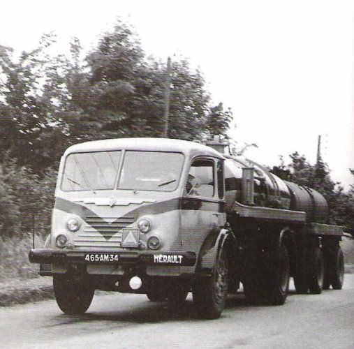 1954 Renault 4140 pinardier et remorque au milieu