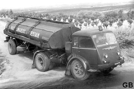 1955 Renault faignant pinardier au milieu des vignes de l' Hérault