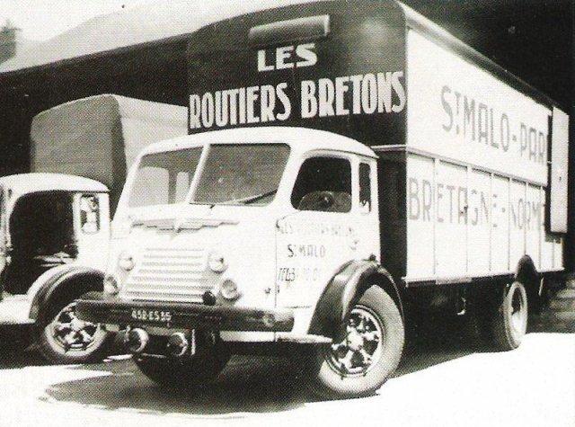 1956 RENAULT faignant des Routiers Bretons au chargement à quai