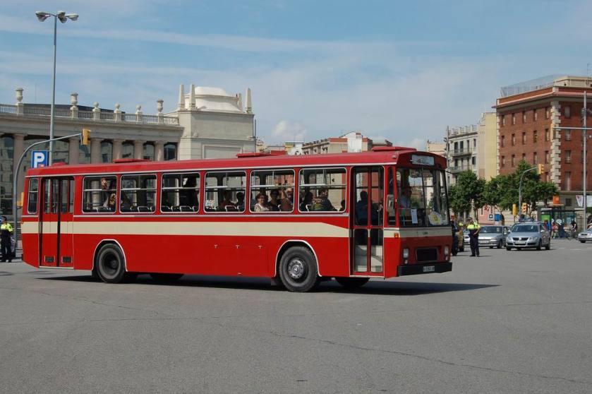 1975 Autobús Pegaso 5023 de 1975 (ex-UAB) a la plaça d'Espanya,