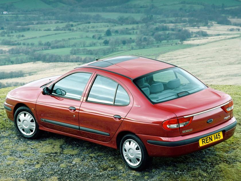 1999_Renault_Megane_sedan_002_8189